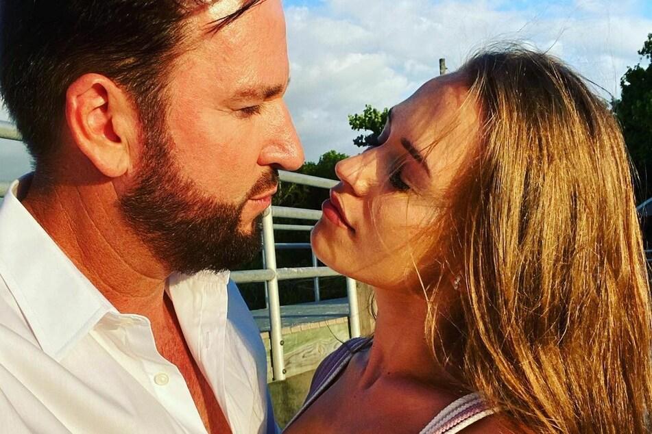 Ehefrau Laura Müller (20) scheint ihren Mann weiterhin zu unterstützen.