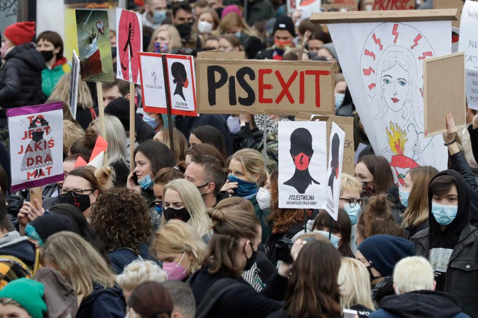 In mehreren polnischen Städten waren in dieser Woche erneut Tausende Menschen gegen eine Verschärfung des Abtreibungsverbots auf die Straße gegangen.