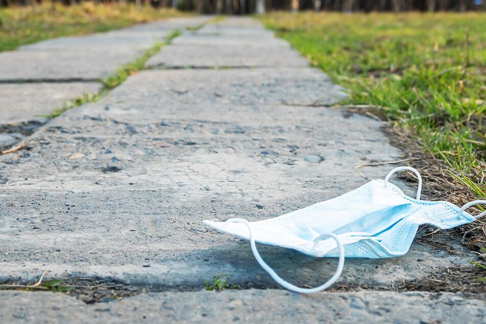 Maske achtlos auf den Boden geworfen: Das kann teuer werden!