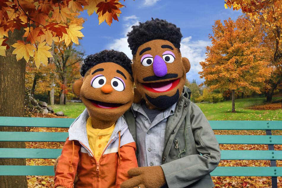 """Wes und sein Vater Elijah sind die neuen schwarzen Puppen in der US-Ausgabe der """"Sesamstraße""""."""