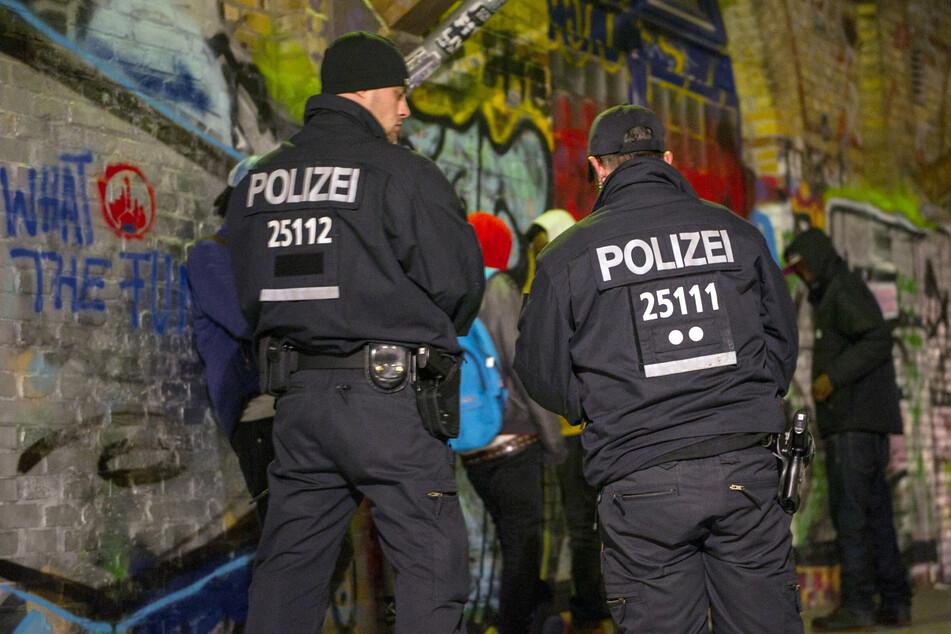 Polizisten stehen im November 2014 bei einer Polizeiaktion im Görlitzer Park vor Personen, die kontrolliert werden sollen. (Archivbild)