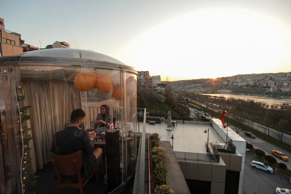 Istanbul: Gäste sitzen zusammen für ein Abendessen in einem Restaurant in speziell konstruierten Kuppeln, die die Ausbreitung des Coronavirus verhindern sollen.