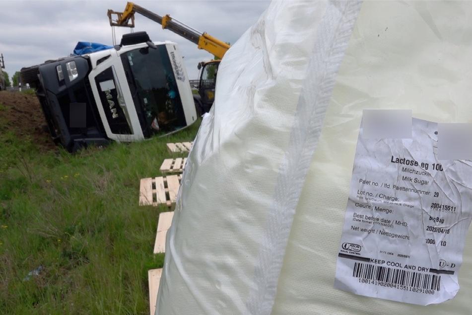Um den Lkw wieder aufstellen zu können, musste seine Ladung erst abtransportiert werden.