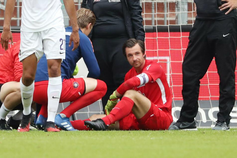 Martin Männel (am Boden) verletzte sich in Hamburg und fällt vorerst aus.