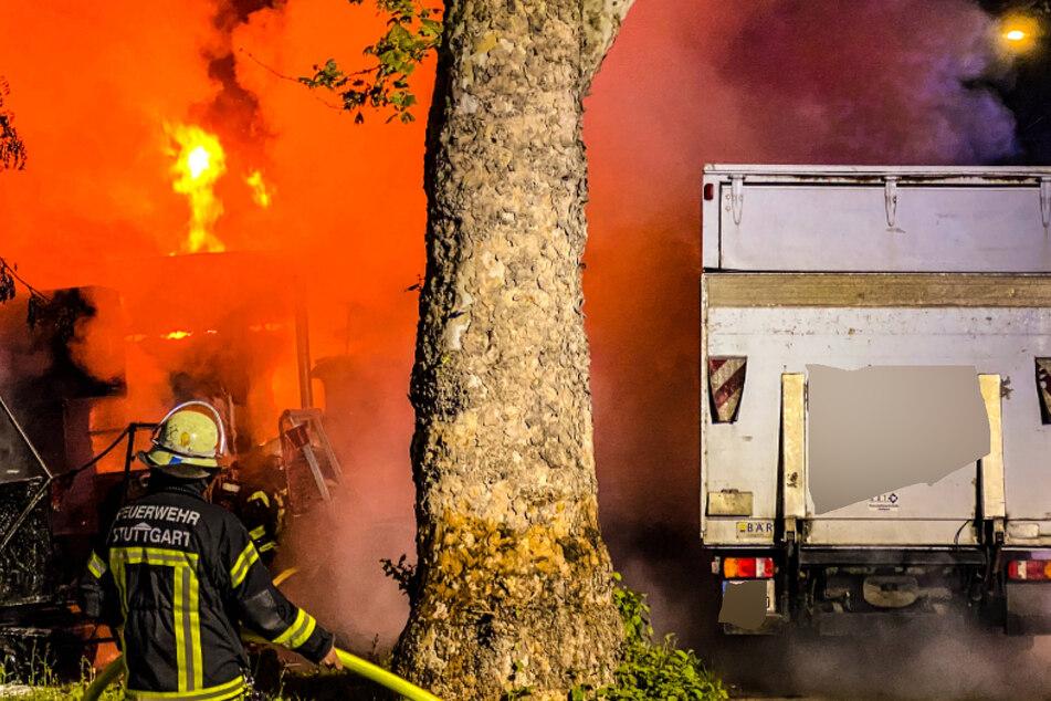 Mit den Technik-Lastwagen wollte die Firma zur Corona-Demo, dann gehen sie in Flammen auf