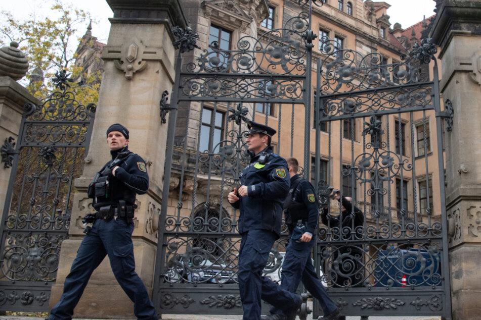 Polizisten verlassen das Residenzschloss. Nach dem Juwelendiebstahl im Grünen Gewölbe wurde am Tatort eifrig nach Spuren gesucht (Archivbild).