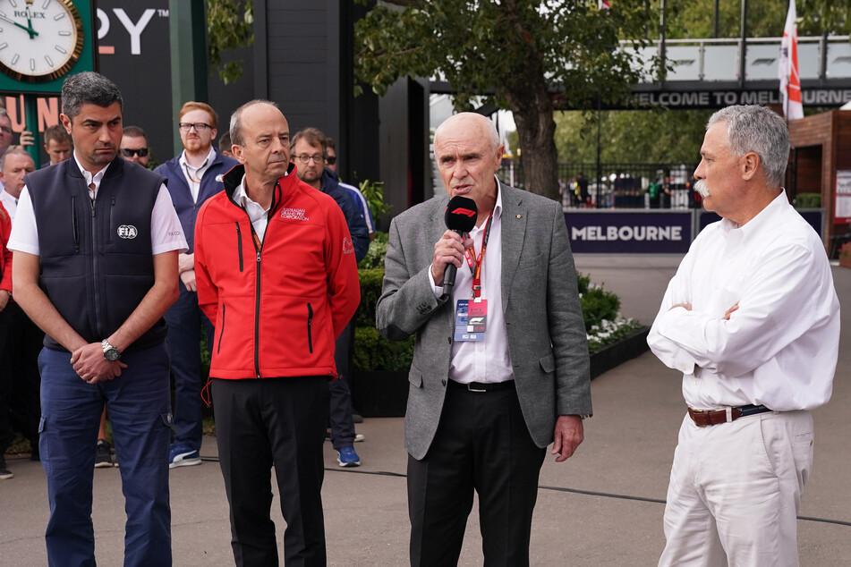 3. März, Melbourne: Formel 1: Großer Preis von Australien: Michael Masi (l-r) von der FIA, Andrew Westacott, Chef des Grand Prix von Australien, Paul Little, Vorsitzender der Australian Grand Prix Corporation, und Chase Carey, Vorsitzender der Formula One Group, äußern sich zur Absage des Grand Prix von Australien.