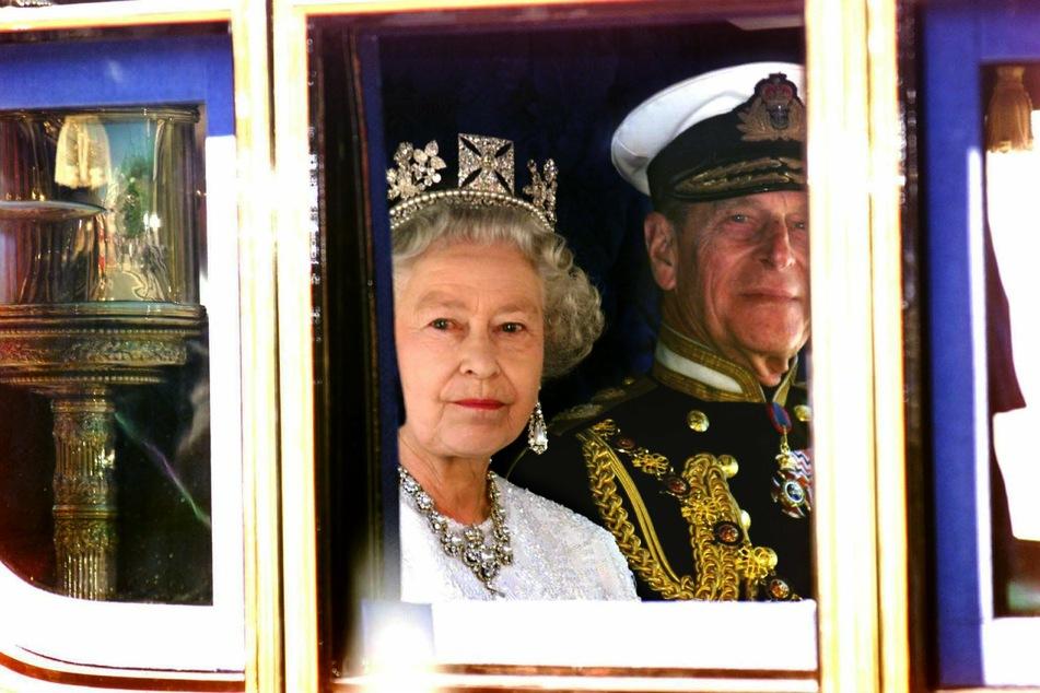 Königin Elizabeth II. von Großbritannien (94) und ihr Gatte Prinz Philip (†99) im Juni 2001 in London. (Archivbild)