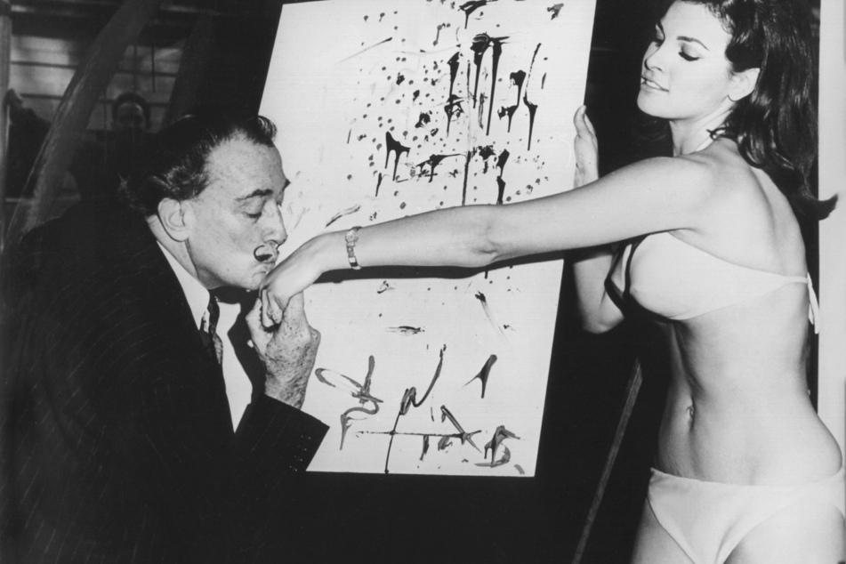 """In dem Schaufenster eines Geschäftes steht Raquel Welch, Hauptdarstellerin des Films """"Eine fantastische Reise"""", dem spanischen Maler Salvador Dali Modell."""