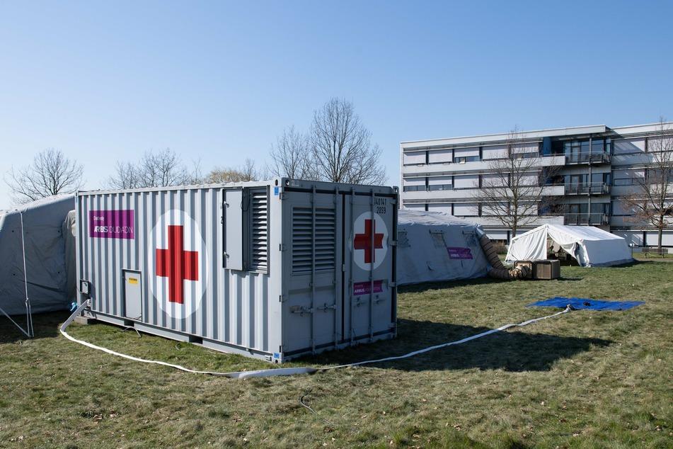 Zelte und Container stehen vor dem Gebäude des Elblandklinikum Meißen. Die Klinik hat mit den Zelten ihre Notfall-Testambulanz für Corona-Patienten erweitert.