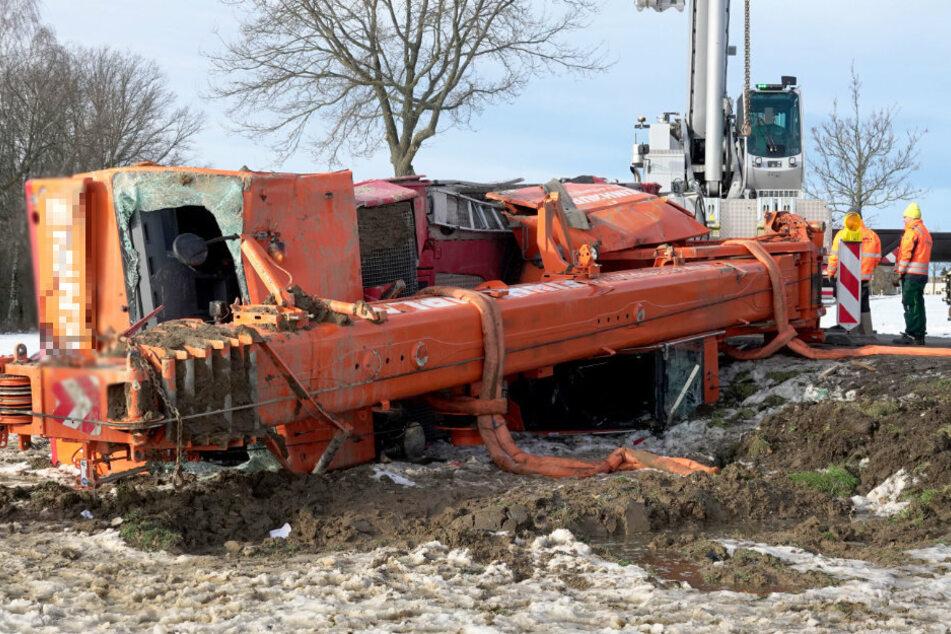 Bundesstraße voll gesperrt! Bergungsarbeiten nach Lkw-Unfall