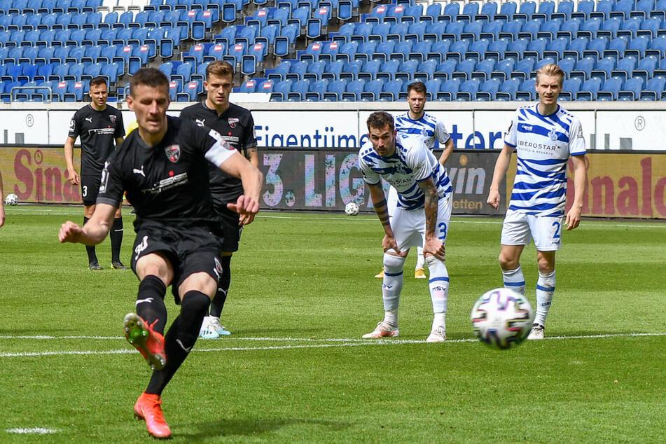 Stefan Kutschke verwandelt den Foulelfmeter zum 1:1. Der Anfang der Ingolstädter Aufholjagd.