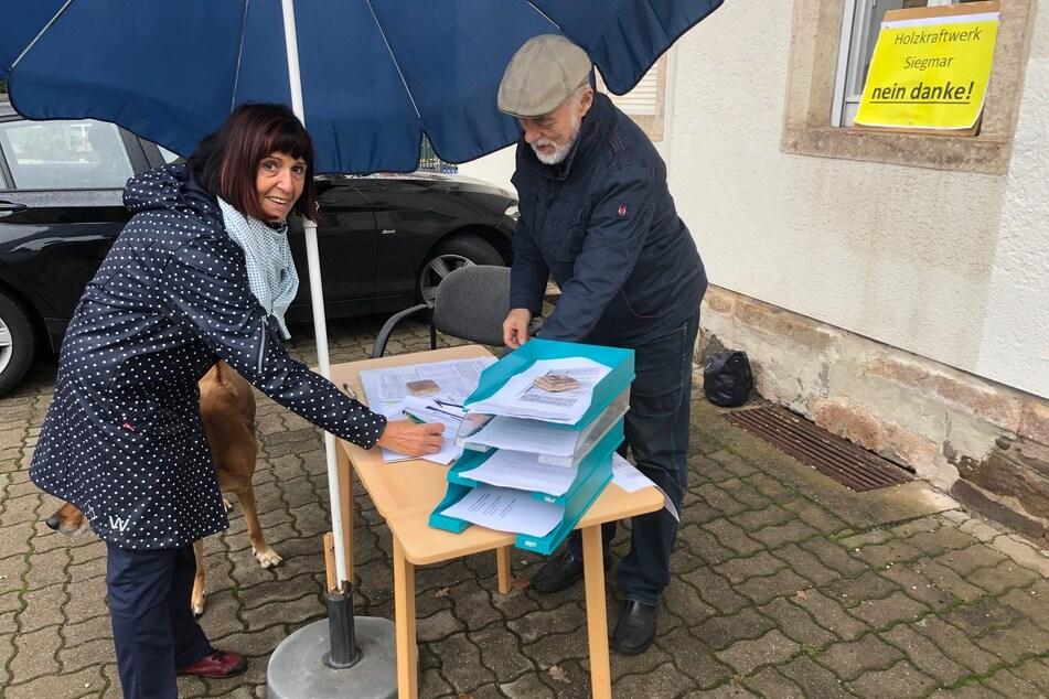 Helga Hübke (73) unterschrieb am Infostand gegen das geplante Holzheizkraftwerk in Chemnitz-Siegmar. Rechts Gert Rehn (75), Sprecher der Bürgerinitiative.