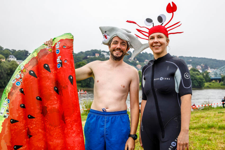 """Hai & Krabbe: Astrid Berens (37) und Ciaran Fowley (38) gehen mit viel Humor und lustigen """"Badekappen"""" ins Wasser."""