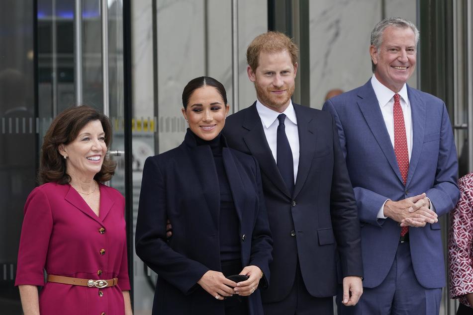 v.l.: Kathy Hochul, Gouverneurin von New York, Herzogin Meghan (40), Prinz Harry (37) und Bill de Blasio (60), Bürgermeister der Stadt New York.