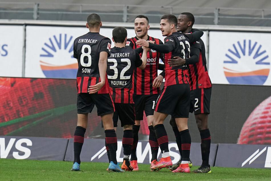 Filip Kostic (M.) bejubelt seinen Treffer zum 1:1 gegen den VfB Stuttgart mit seinen Teamkollegen von Eintracht Frankfurt.
