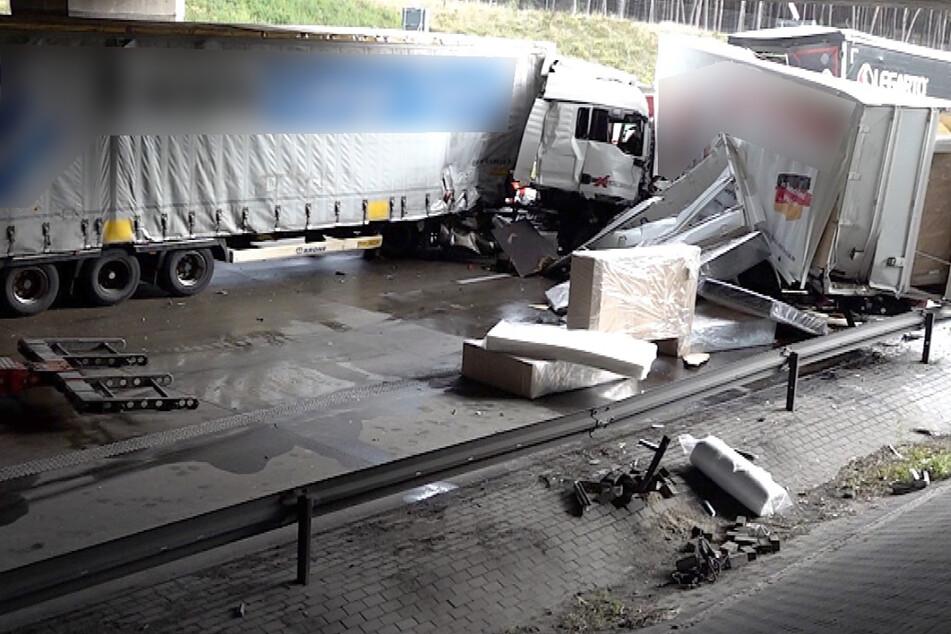 Dadurch wurden insgesamt drei Lastwagen ineinander geschoben. Dabei wurden zwei Männer zum Teil schwer verletzt.