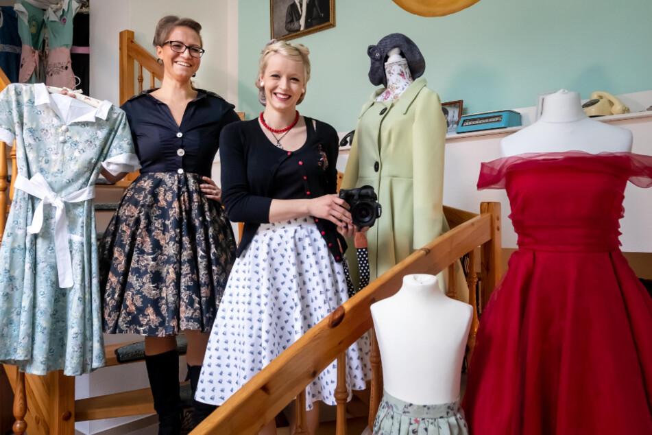 Schneiderin Claudia Enzmann (37, l.) und Fotografin Lisa Teucher (23) stehen in ihrem neuen 50er-Jahre-Mode-Geschäft.