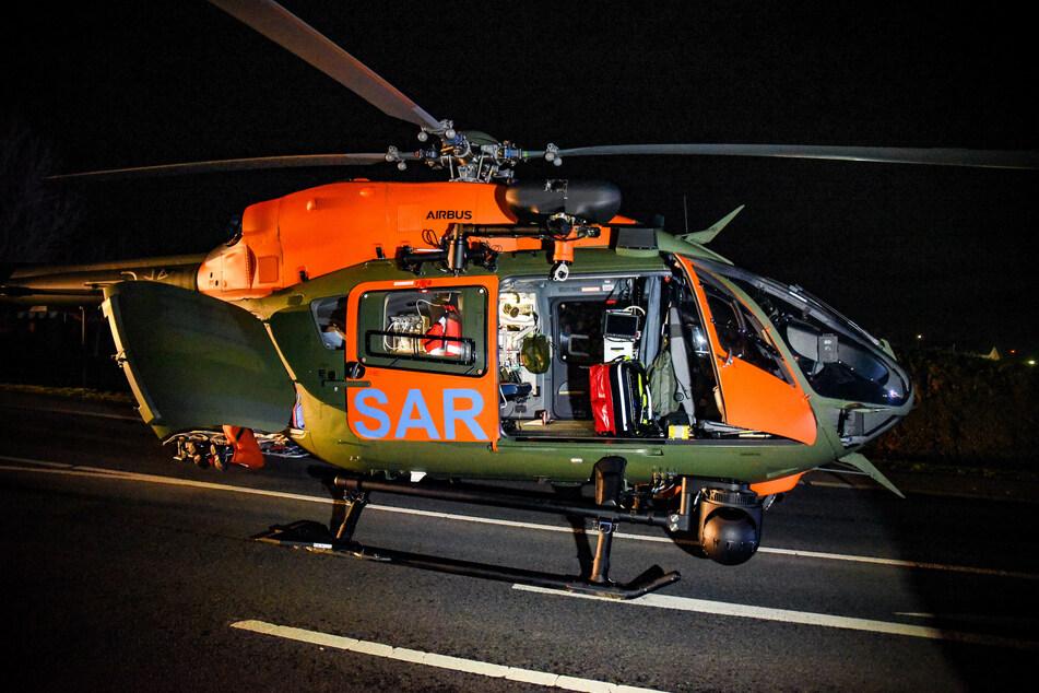 Ein Rettungshubschrauber hat den schwer verletzten 23-Jährigen in eine Uniklinik geflogen.