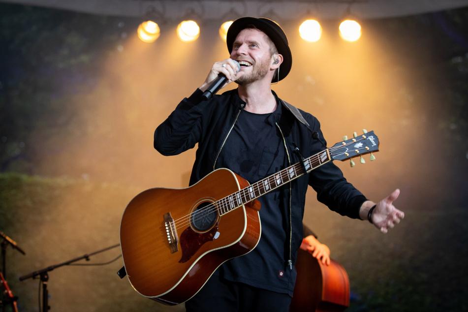 Sänger Johannes Oerding (39) will seine Fans auf dem Theaterplatz mit einem Akustik-Konzert begeistern.