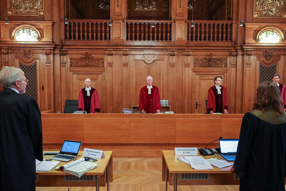 Der 9. Senat des Bundesverwaltungsgerichts steht zu Beginn der Verhandlung zu Klagen gegen den umstritten Fehmarnbelttunnel im Gerichtssaal.