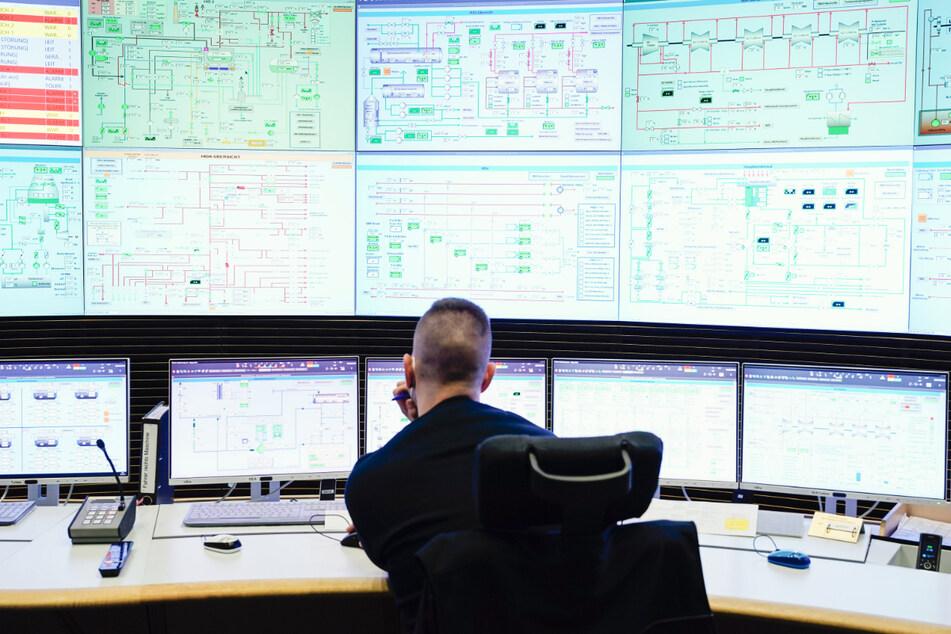Ein Mitarbeiter des Energiekonzerns EnBW sitzt in der Leitzentrale im Block 8 des Rheinhafen-Dampfkraftwerks Karlsruhe (RDK 8) vor Bildschirmen. Der Alltag in einem Kraftwerk ist Routine.