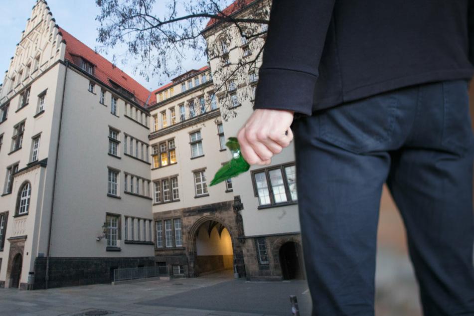 Attacke mit abgebrochener Flasche: Betrunkener geht auf Ordnungsdienst los
