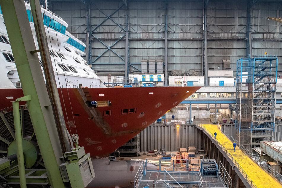In der Meyer Werft im Emsland wird an Kreuzfahrtschiff gearbeitet.