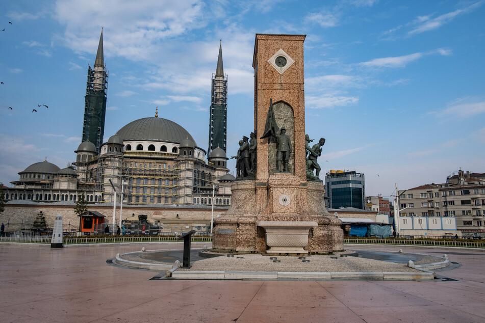 """Das """"Denkmal der Republik"""" ist am menschenleeren Taksim-Platz zu sehen. Die Türkei hatte am 11. März ihren ersten Coronavirus-Fall gemeldet."""