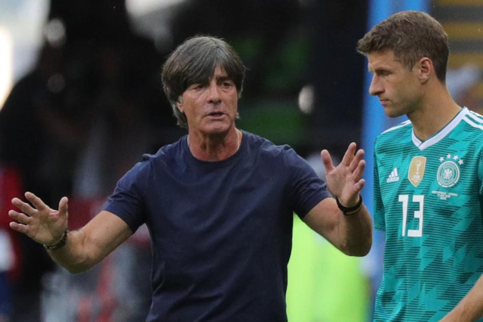 Joachim Löw (l.) spricht mit Thomas Müller bei der WM 2018. (Archiv)