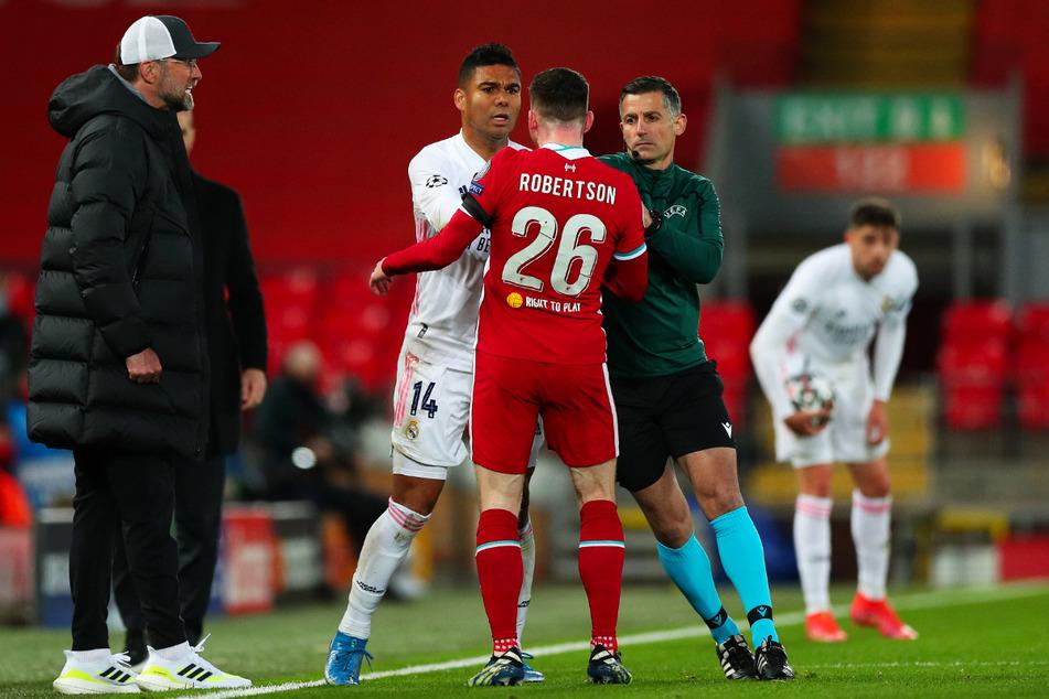 Es war Feuer drin! Real-Kämpfer Casemiro (2.v.l.) senste James Milner (nicht im Foto) vor der Liverpool-Bank von Coach Jürgen Klopp (l.) um und löste eine kleine Rudelbildung aus.