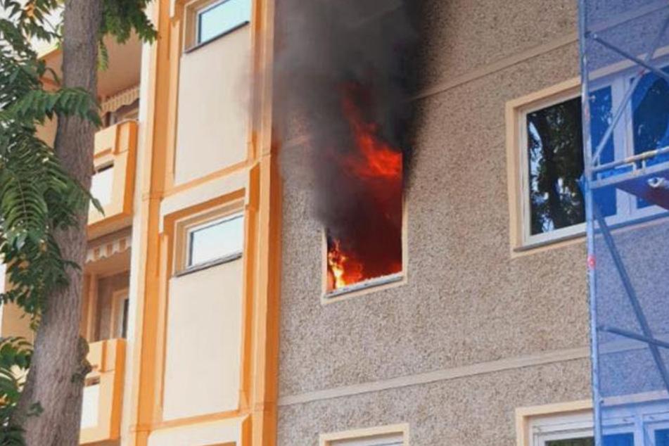 Eine schwarze Rauchwolke strömt aus dem Fenster einer Wohnung eines Mehrfamilienhauses in Sömmerda.