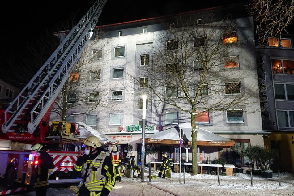 Insgesamt 60 Einsatzkräfte von Feuerwehr und Rettungsdienst waren vor Ort.