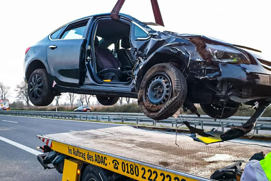 Ein Abschleppwagen räumt die Unfallstelle.