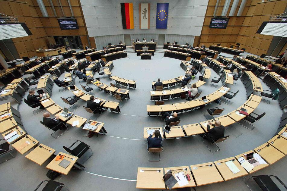 Abgeordnete verfolgen während der Plenarsitzung des Berliner Abgeordnetenhauses die Debatten und Redebeiträge.