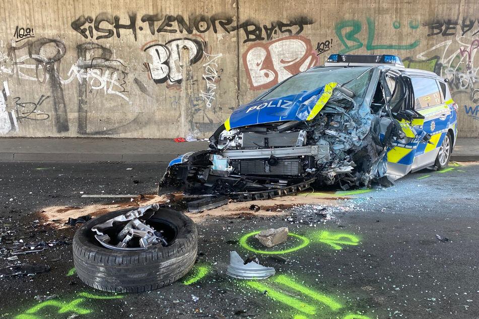 Rätselhafter Unfall: Polizeiauto kracht gegen Brückenpfeiler, zwei Beamte schwer verletzt