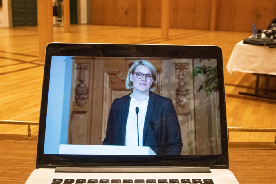 Auf einem Bildschirm vor dem Sitzungssaal des Stadtrats wird ein Statement von Eva Weber (CSU) gestreamt.