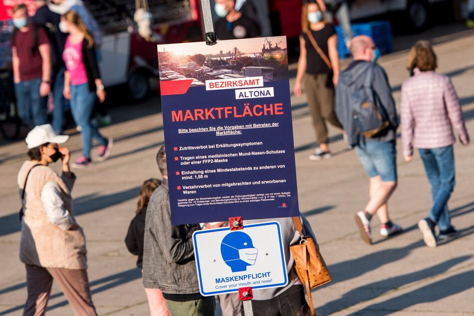Besucher gehen über den Hamburger Fischmarkt. Die Sieben-Tage-Inzidenz in der Hansestadt hat die 50er Marke überschritten. (Archivbild)
