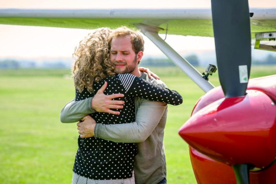 Florian (Arne Löber, 28) ist überglücklich, dass Maja (Christina Arends, 30) ihm einen Fallschirmsprung ermöglichen will.