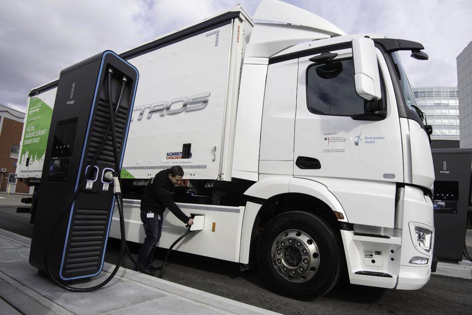 Der eActros von Mercedes-Benz soll eine Reichweite von bis zu 400 Kilometern schaffen und kostet in etwa dreimal so viel wie ein vergleichbarer Diesel-Lkw.