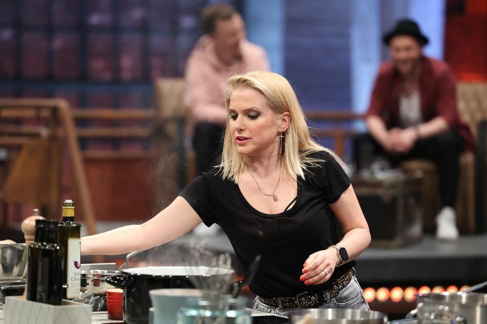 Gerade als Sängerin Jeannette Biedermann (41) mit dem Filetmesser hantiert, um ihren Fischeintopf vorzubereiten, zieht sie sich eine tiefe Fleischwunde an der Hand zu.