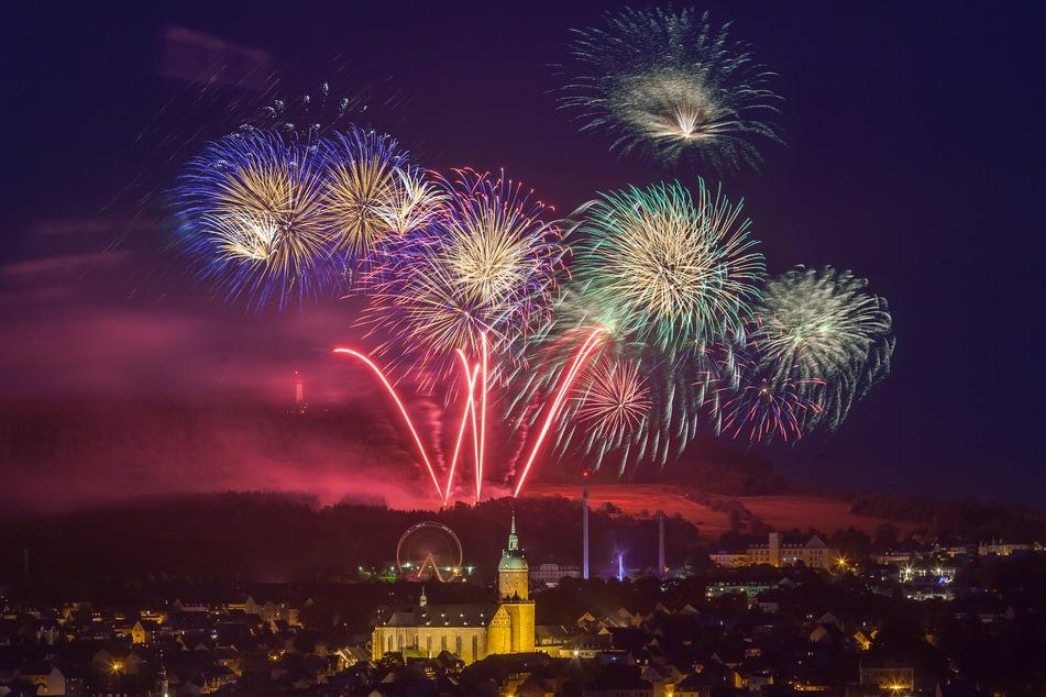 Feuerwerksraketen über Annaberg-Buchholz: Das wird es in diesem Jahr nicht geben. Das Landratsamt sprach ein Feuerwerks-Verbot aus (Archivbild).