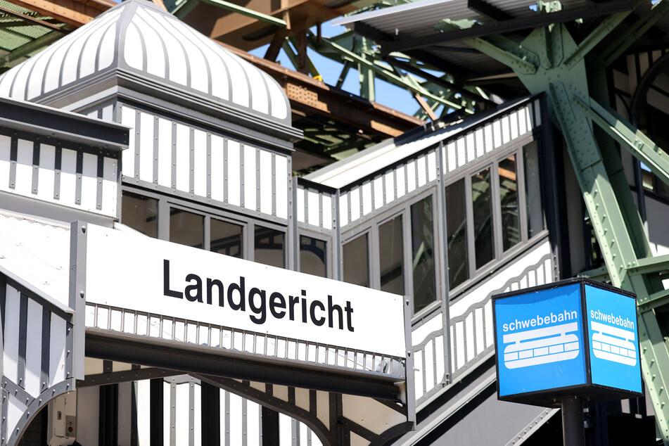 Die Schwebebahnstation Landgericht vor dem Justizzentrum in Wuppertal.