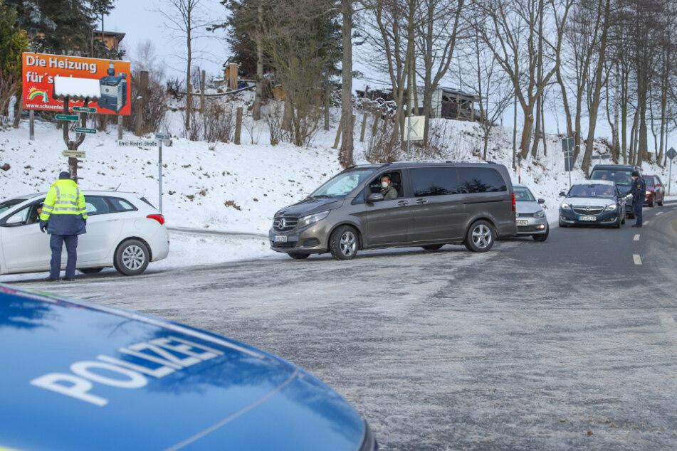 An den Zufahrtsstraßen nach Oberwiesenthal kontrollierte die Polizei die Autofahrer. Nur, wer einen triftigen Grund vorweisen konnte, durfte weiterfahren. Der Rest musste wieder umdrehen.