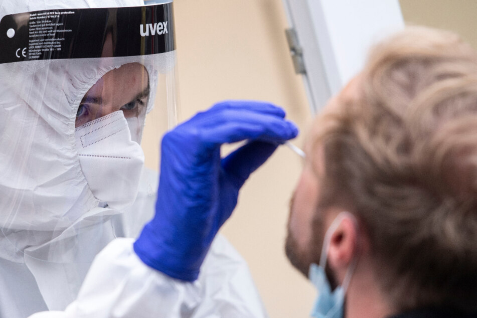 In Baden-Württemberg haben sich bislang mindestens 346.765 Menschen mit dem Coronavirus infiziert, 8568 starben.