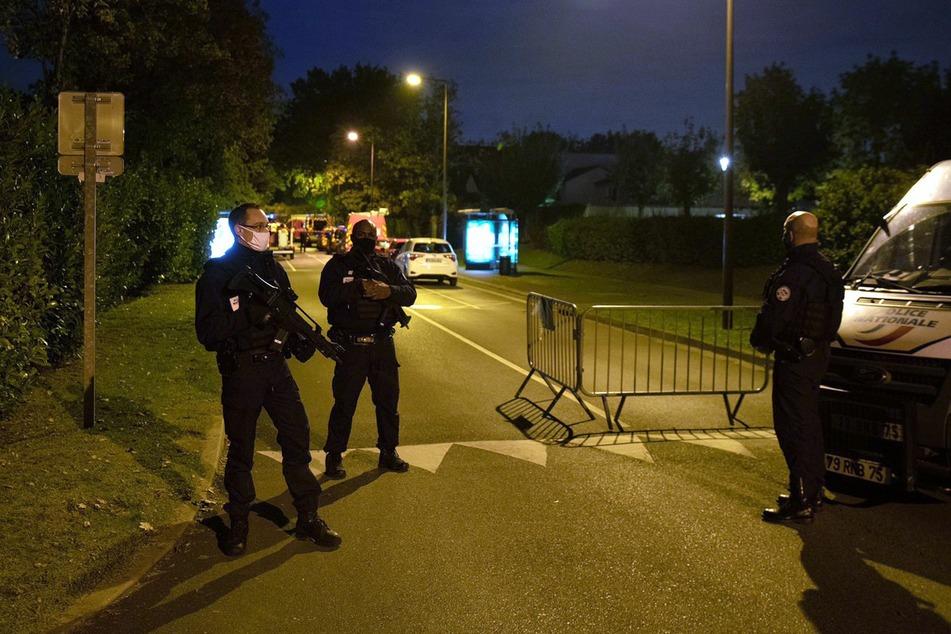 Nahe Paris ist ein Mann auf offener Straße enthauptet worden.
