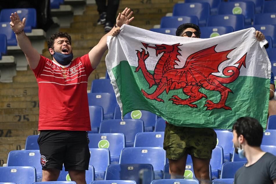 Fans von Wales jubeln vor dem Spiel gegen Italien.
