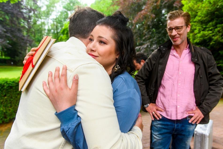 Der Abschied fällt dem Ehepaar sichtlich schwer.