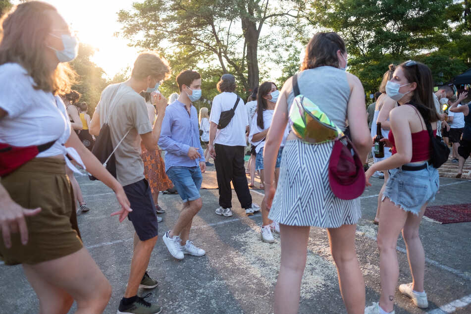 Junge Leute tanzen im Hof des Musikzentrums in Niedersachsen. Die Sieben-Tage-Inzidenz sank am Dienstag auf 4,5. (Symbolbild)