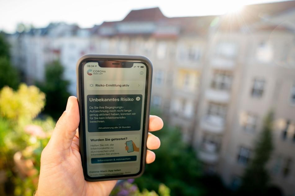 Die offizielle Corona-Warn-App ist am frühen Morgen auf einem Smartphone zu sehen. Die App soll die Kontaktverfolgung von Infizierten ermöglichen und dadurch die Infektionsketten verkürzen.